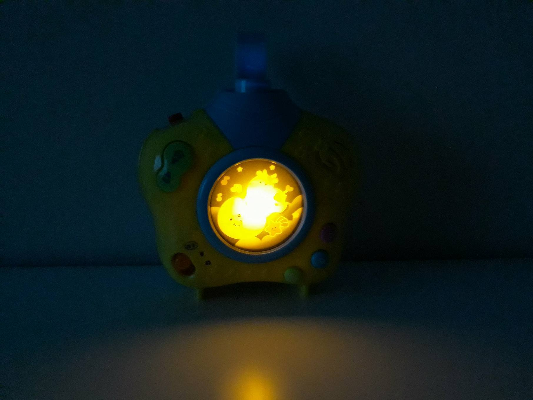Projektor ilampka nocna wjednym Simly Play.