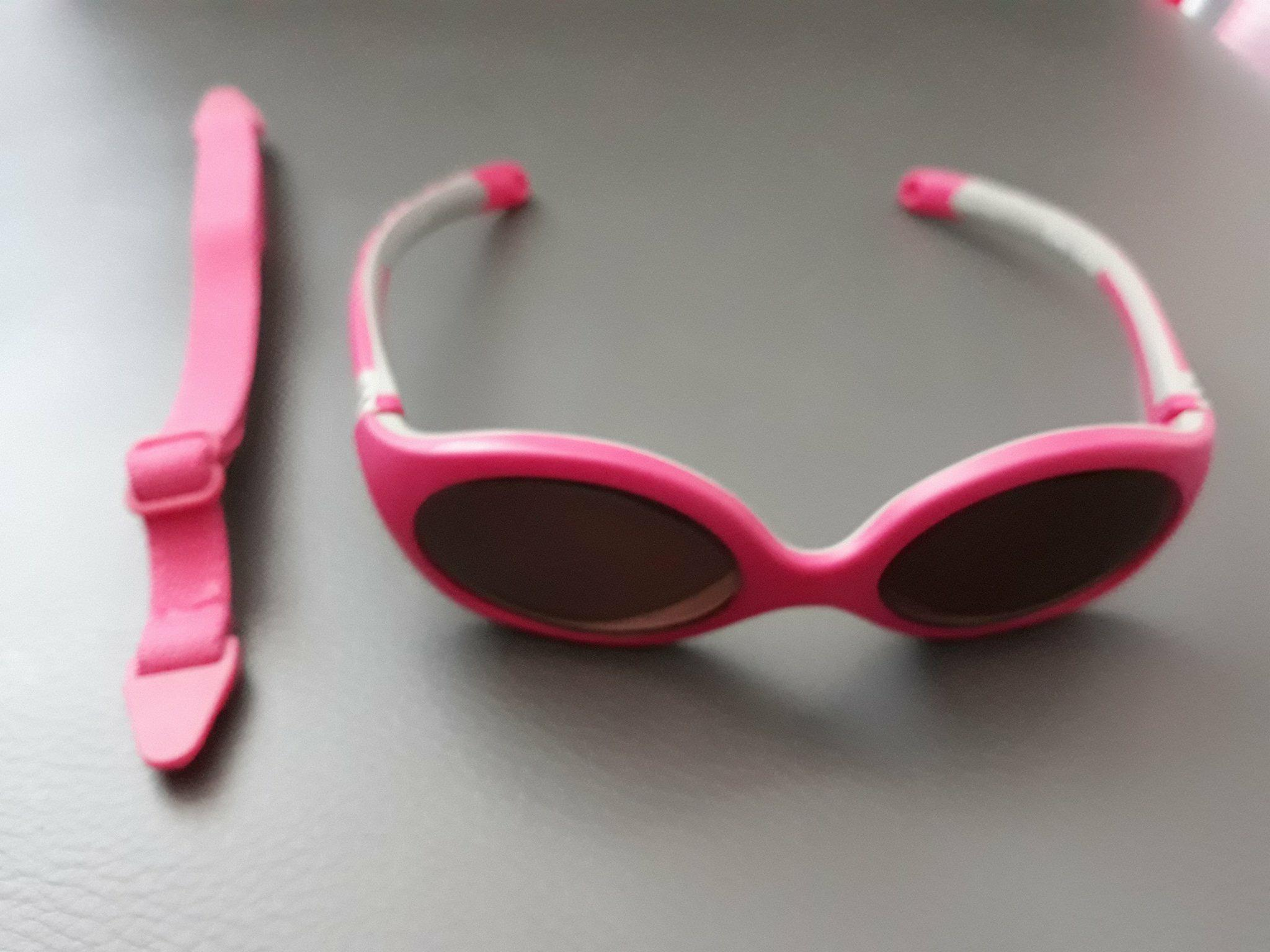 Niemowlęce okulary przeciwsłoneczne wkolorze różowym odfirmy B&S.