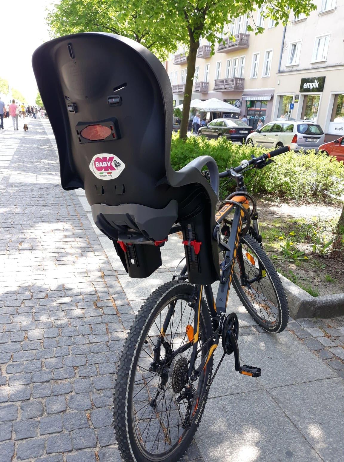 Fotelik rowerowy OK Baby zsystemem zabezpieczeń iodblaskami.