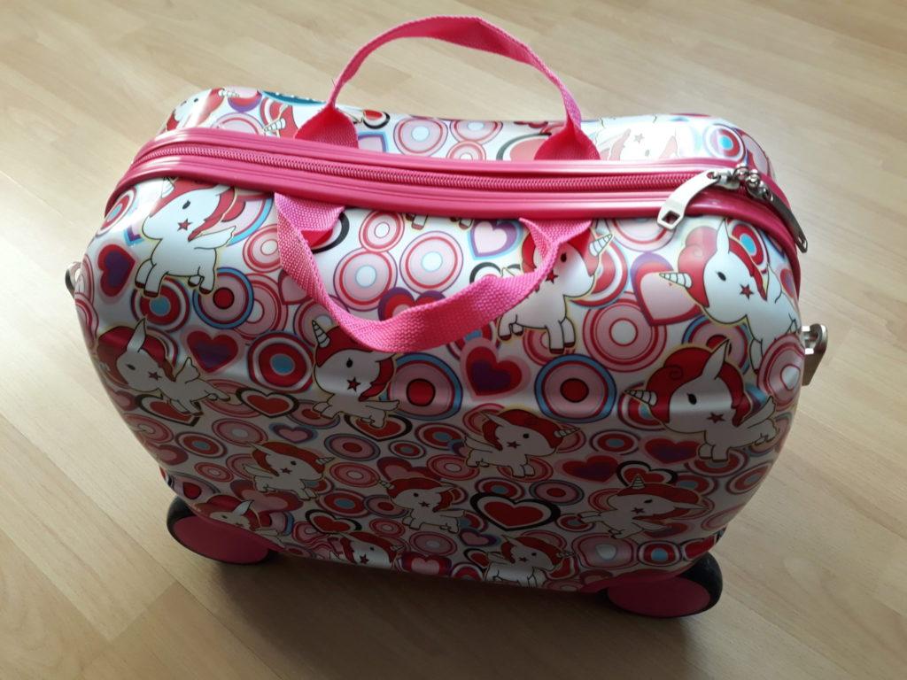 Różowa walizeczka nakółkach dla dzieci.