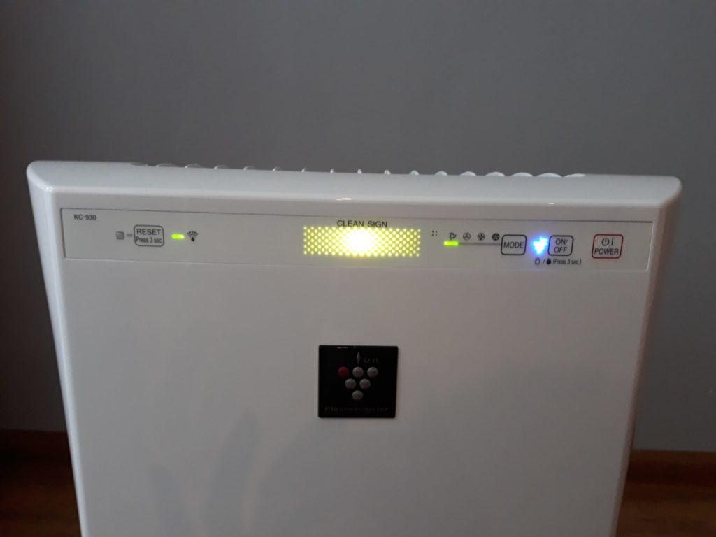 Oczyszczacz Sharp KC-930EUW wskaźnik zanieczyszczenia powietrza.