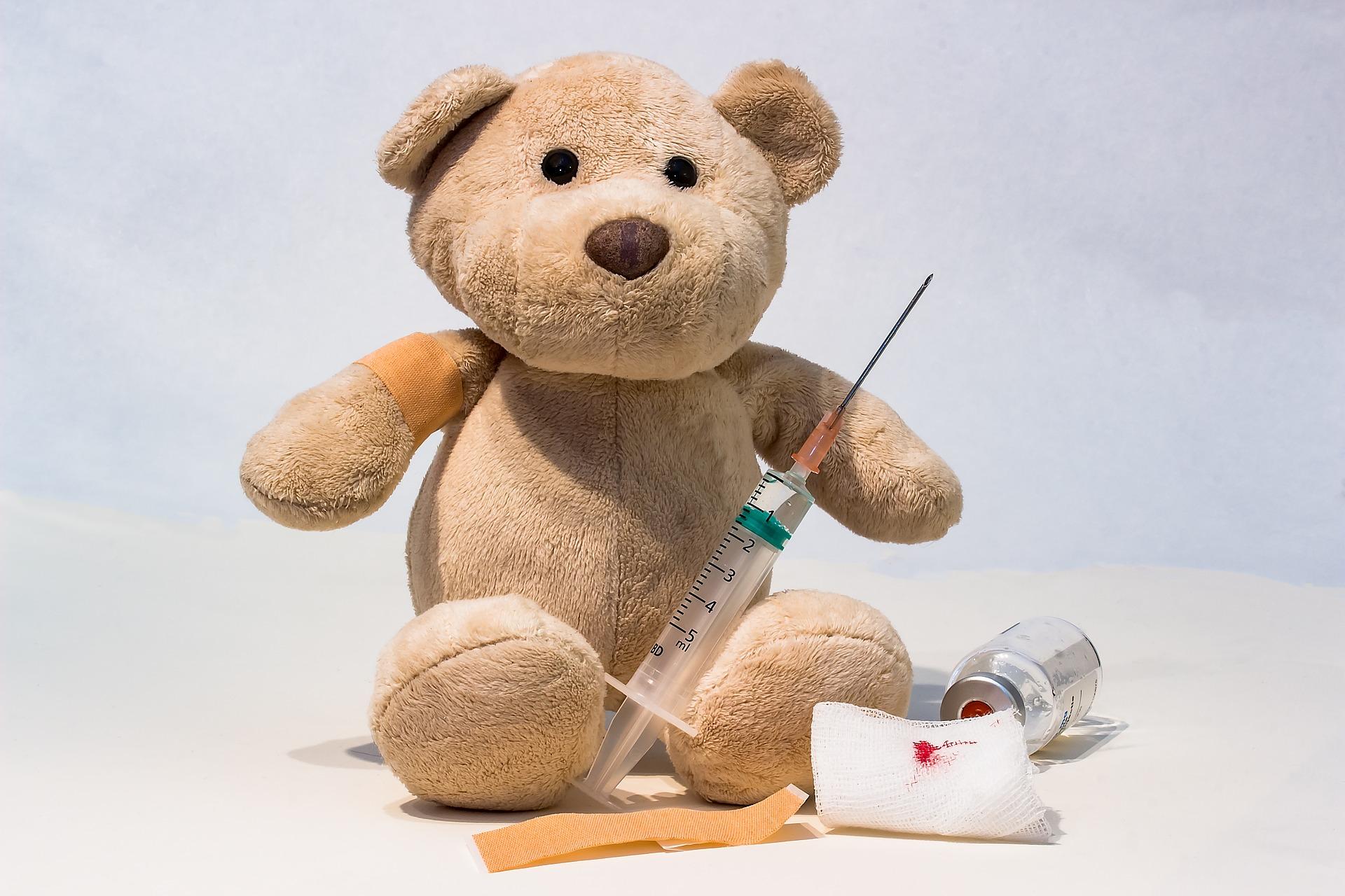 Miś ze strzykawką. Szczepionka przeciwko pneumokokom.