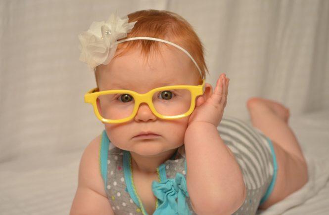 Okulary dla niemowlaka. Dziecko w okularach.