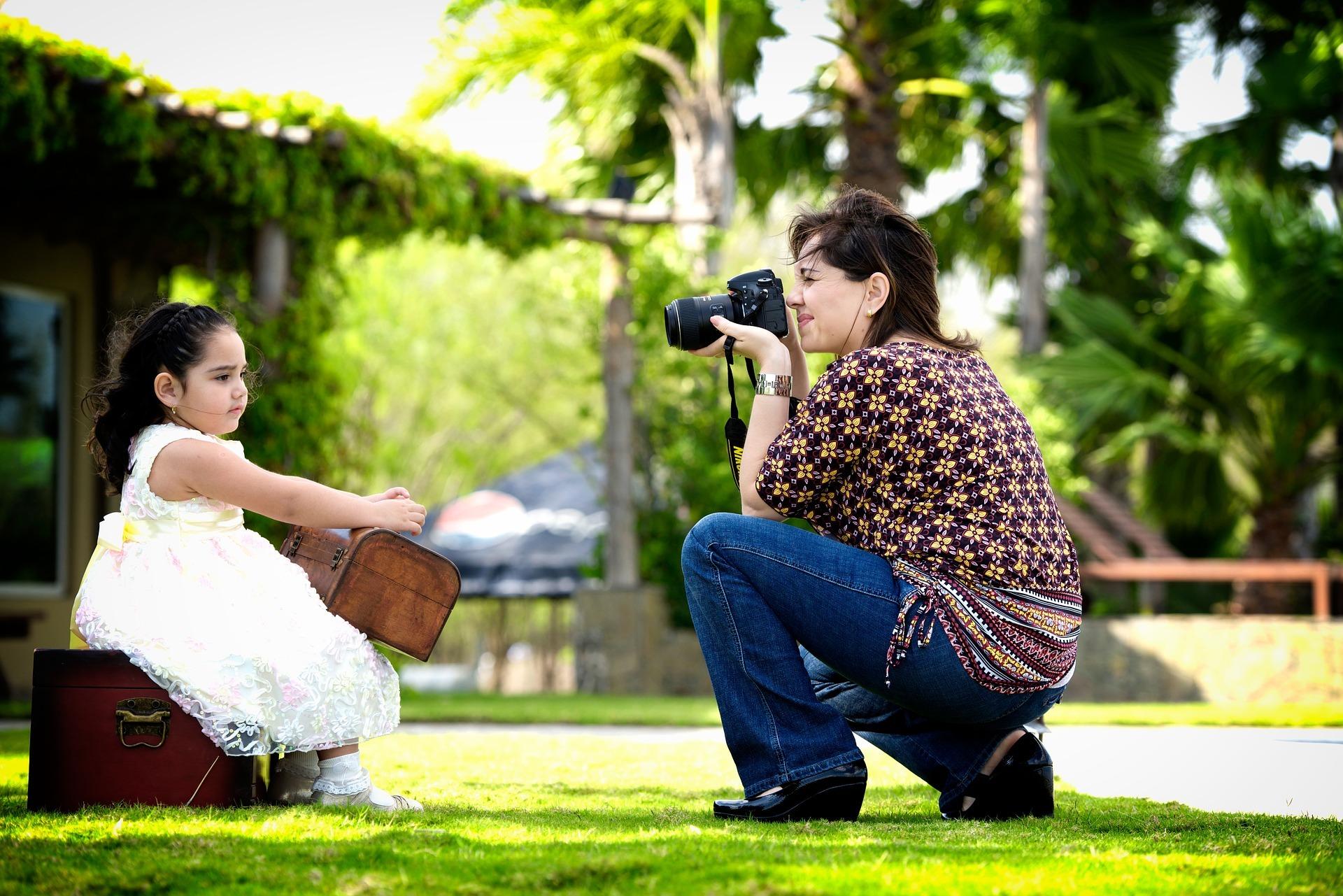 Matka fotografująca dziecko. Zdjęcie do dowodu dla dziecka.