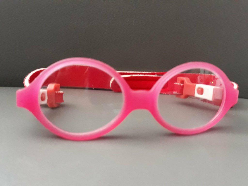 Okulary dla niemowlaka zfirmy Fisher Price wkolorze różowym.