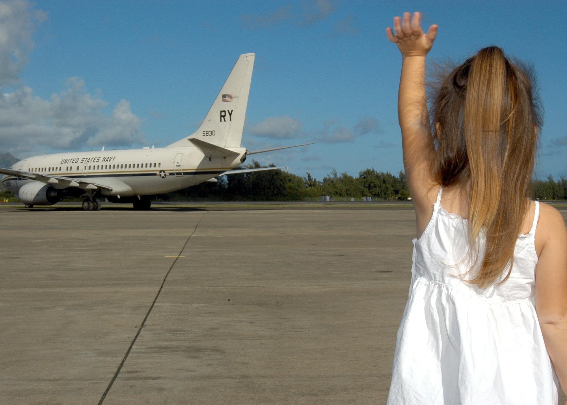 Podróż samolotem z dzieckiem - co zabrać? Dziewczynka czekająca na samolot.