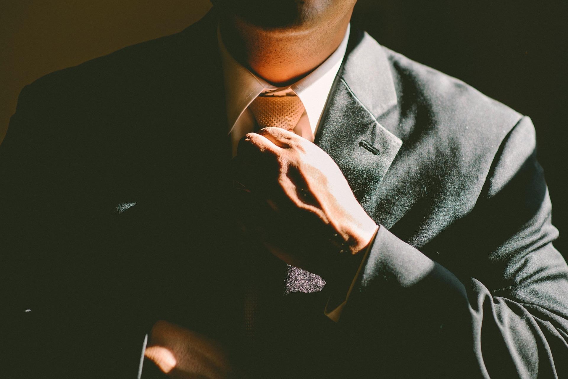Mężczyzna idealny, garnitur, krawat.