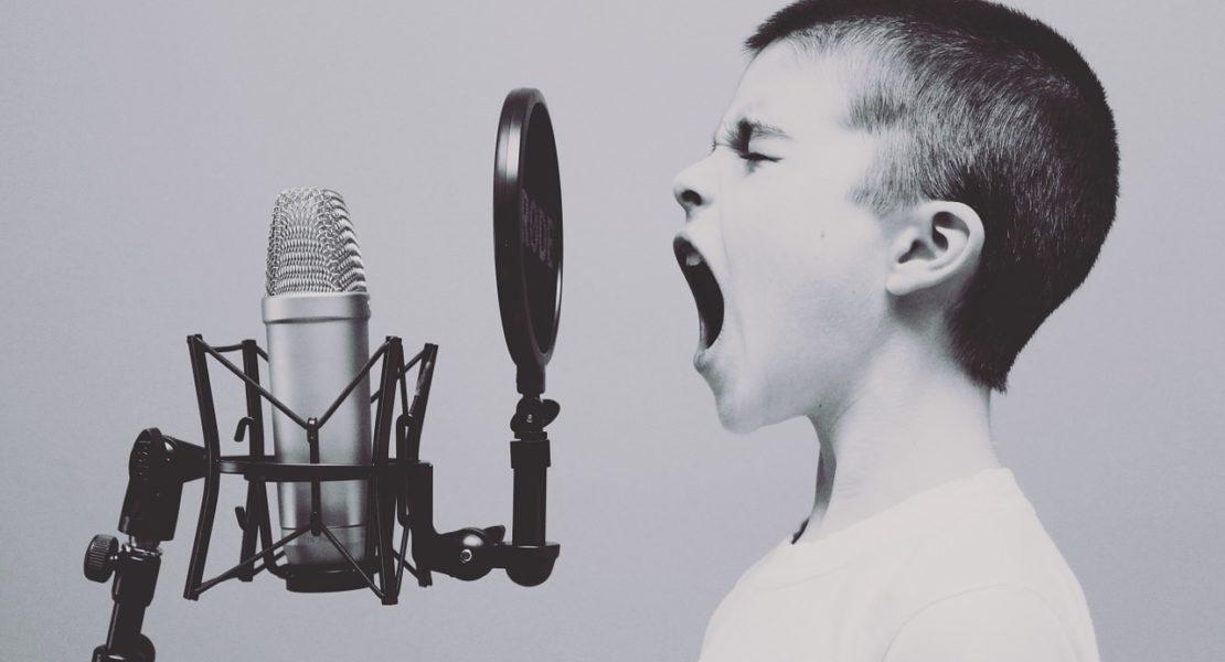 Czy grzeczne dzieci są szczęśliwe? Krzyk, mikrofon, niegrzeczne dziecko.