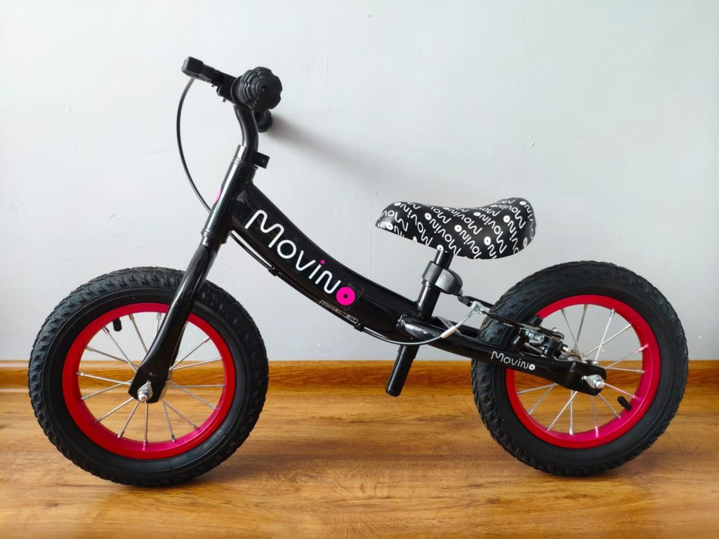 Rowerek biegowy czarno-różowy.
