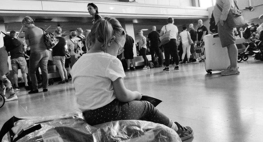 Dziecko na lotnisku, lot samolotem z dzieckiem a choroby.
