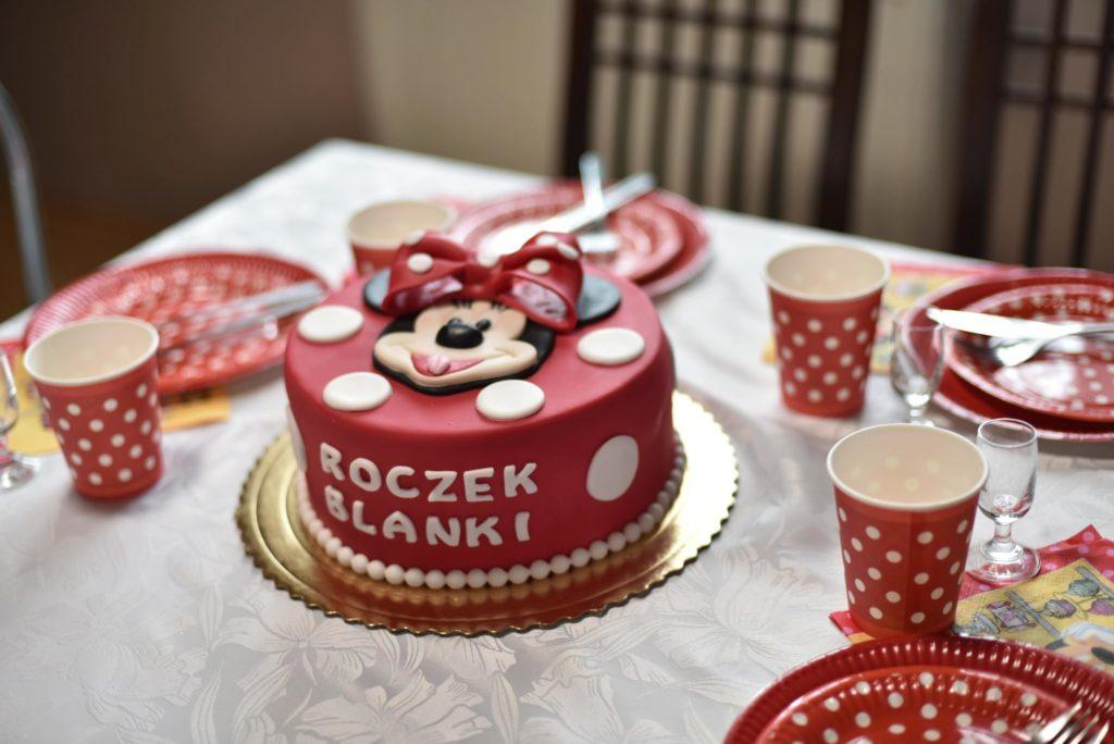Tort zMyszką Minnie czerwony wbiałe kropki.